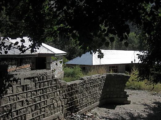 左の建物が今のバシャリの裏側、その隣の窓がある建物が今建設中、右の長い屋根の建物が建設放棄されたバシャリ。
