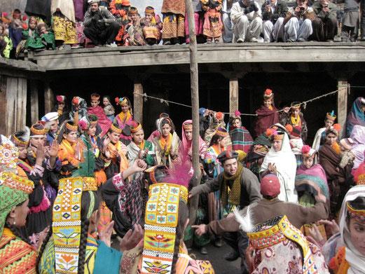 歌と踊りに興じる若者たち。ほとんどの娘はグパースを被っていない。
