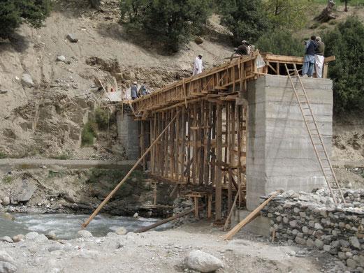 聖域のそばに建設中の、新しくできる発電所の機械類を運ぶための橋