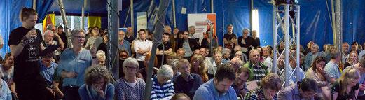200 interessierte Elmshorner verfolgten gespannt die Diskussion im Zelt