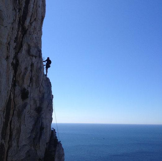 Dans une voie de Gaston Rebuffat dans les Calanques de Marseille