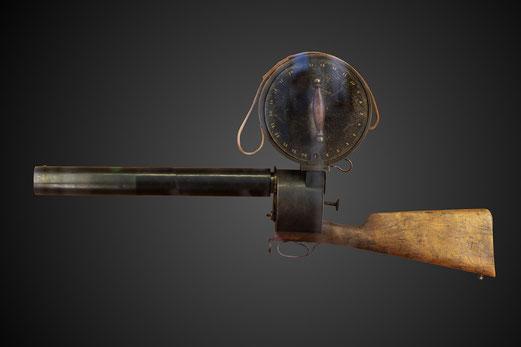 Etienne-Jules Marey, passionné par la locomotion humaine et animale, est l'inventeur  du fusil photographique pour la chronophotographie et du projecteur d'images animées.