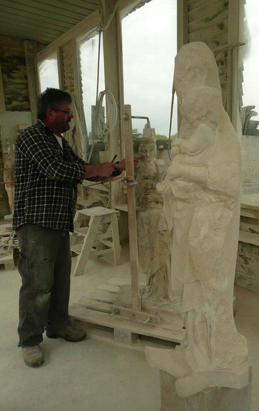 Didier Fauguet montrant la technique de la mise au point pour copier une sculpture pour l'Aître de Montivillliers.