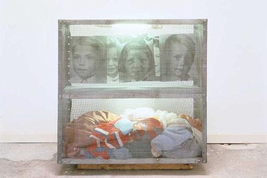 """""""Reliquaires. Les Linges"""", 1996 - Photo N & B, tissus et néons dans une boîte métallique grillagée, 91 cm x 91 cm x 31 cm. © ©Boltanski/MCC Monumental 2010"""