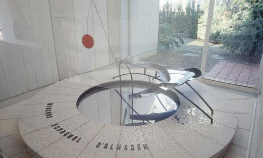 Fontaine de mercure, Alexander Calder, 1937, fer et aluminium peints et mercure, 114 × 293 × 196 cm, fondation Joan Miró, Barcelone.
