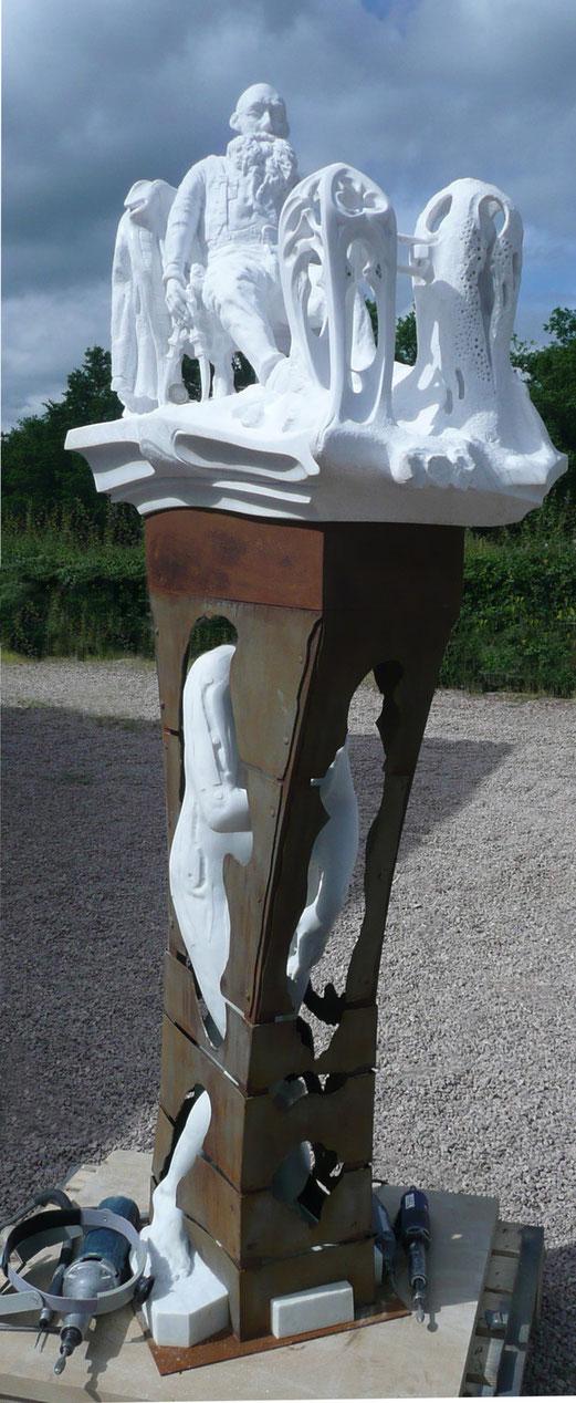Sculpture en marbre de Carrare avec piètement en acier oxycoupé mécano-soudé.