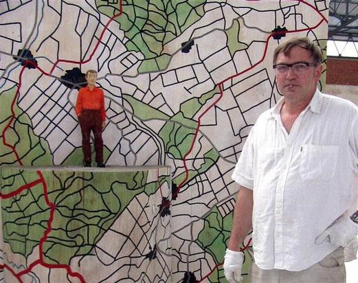 Stephan Balkenhol devant l'une de ses œuvres, à la Halle verrière de Meisenthal.