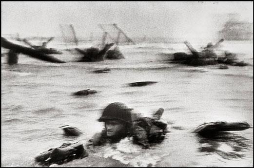 Robert Capa Débarquement Omaha Beach (Colleville-sur-Mer), 6 juin 1944 Tirage sur papier baryté, 23 x 34,5 cm BNF, Estampes, acquisition 1964-12200. Ep-25-Fol.