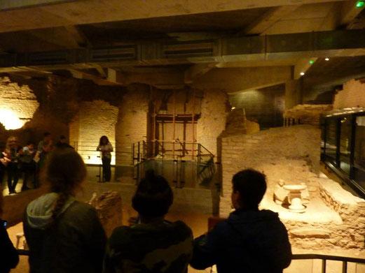 Dans une maison gauloise, à droite, des objets et des statues pour la prière conservés à l'endroit même où l'autel fut mis au jour.