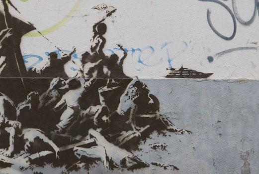 Intervention du street-artiste Banksy sur un mur à Calais en 2015.