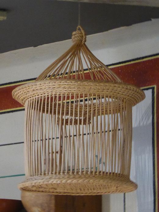 La radio de l'époque en osier : pour avoir de la musique chez soi, on achetait un oiseau à l'oiseleur, celui qui capturait des oiseaux pour les revendre.
