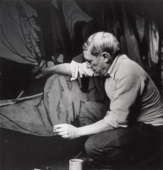 Dora Maar, Picasso accroupi travaillant à Guernica, Musée Picasso, Paris.