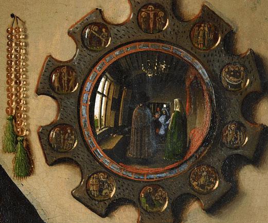Un détail de quelques centimètres représentant le miroir avec les différentes étapes du Cemin de Croix dans les médaillons autour du miroir convexe.