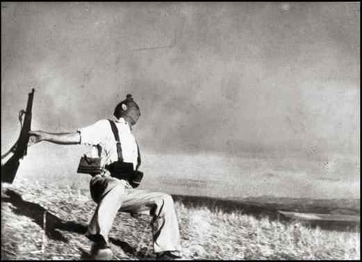 Robert Capa Mort d'un milicien Cerro Muriano (front de Cordoue), 5 septembre 1936 Tirage sur papier baryté, 25,5 x 35 cm BNF, Estampes, acquisition 1964-12200. Ep-25-Fol.