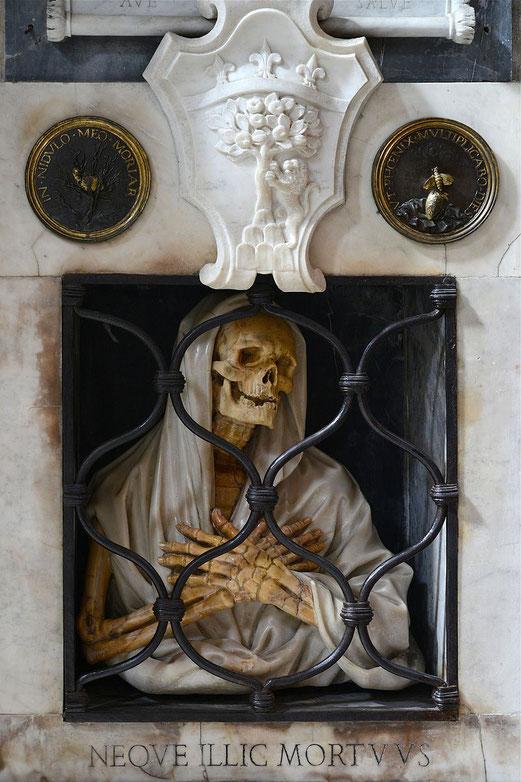 Détail  du tombeau de Giovanni Battista Gisleni réalisé par lui-même au XVIIème siècle dans de l'église Santa Maria del Popolo à Rome.
