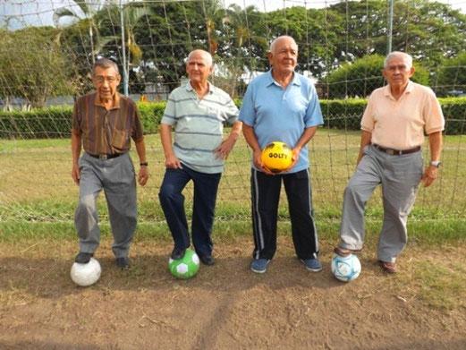 La fotografía registra de izquierda a derecha a: Óvido Gómez, Ariel Quintero, Jorge Crespo (arquero legendario) y Carlos Osorio, figuras del balompié local. Foto Diego de la Cruz Correa.