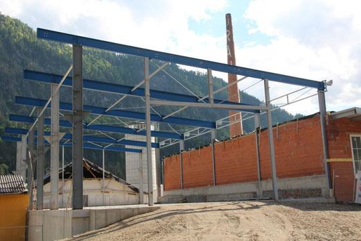 das Obergeschoss mit Metallträgern aus eigener Produktion ist momentan in Arbeit