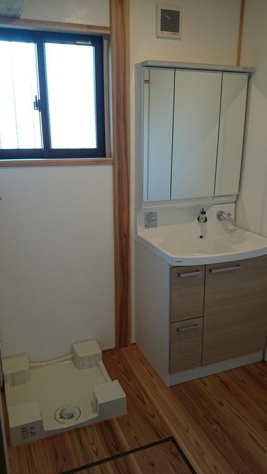 木と漆喰の洗面脱衣室