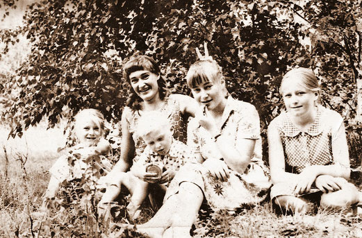 Erna, Aneta, Ida und rechts ich. Der kleine Junge vorne ist Anetas Sohn.