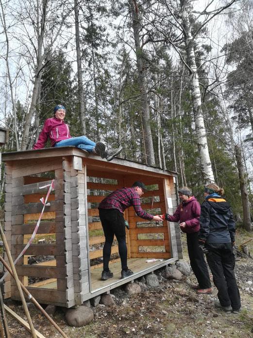 Versetzen des Holzhauses