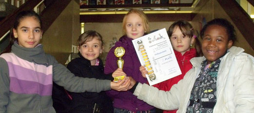 Strahlende Siegerinnen: Irem, Melina, Dascha, Stella, Kadija (v.l.n.r.)