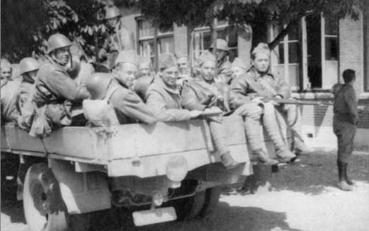 Aankomst van het geëvacueerde Militaire Luchtvaart personeel afkomstig uit vliegpark Haamstede te Caen. Bron: NIMH