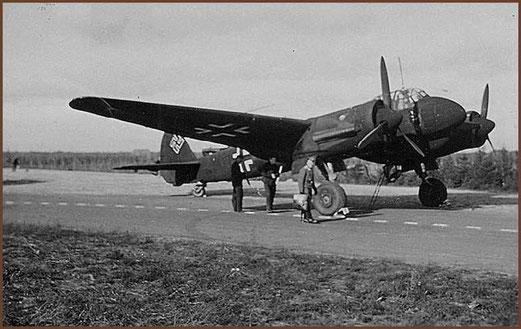 Een Junkers Ju 88 wordt klaar gemaakt voor een vlucht vanaf de Fliegerhosrt Gilze-Rijen