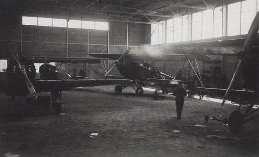 De Militaire Luchtvaart beschikte op vliegveld Haamstede over een hangaar. De vliegtuigloods werd tijdens de meidagen van 1940 doorzeefd door mitrailleurvuur. ©NIMH