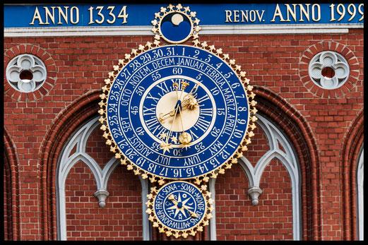 astronomische-uhr-ewiger-kalender-schwarzhaeupterhaus-riga