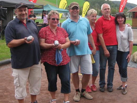 """Die Finalisten: v.l. Kreismeister 2011 H.Niehoff, Ines Jungmann, Ralf Jungmann - rechts Vizemeister """"Just for Boule"""" (Foto. H.Held)"""