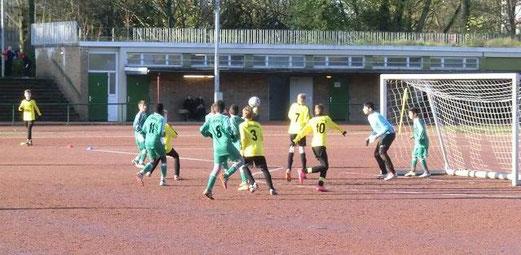 TuS D1-Jugend im Auswärtsspiel beim SV Borbeck. - Fotos: s.v.g.