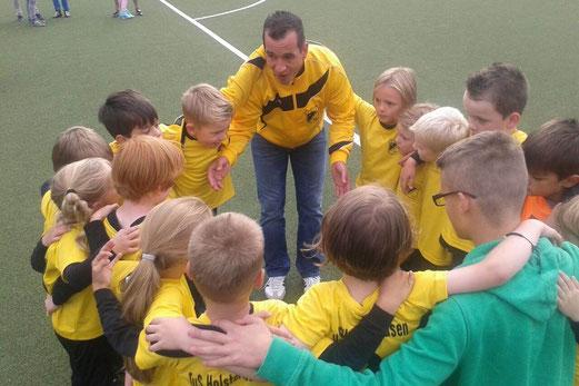 Ein Sieg, zwei Unentschieden: Bambini 1 mit ihren Trainern beim Turnier des SC Phönix. - Foto: p.a.