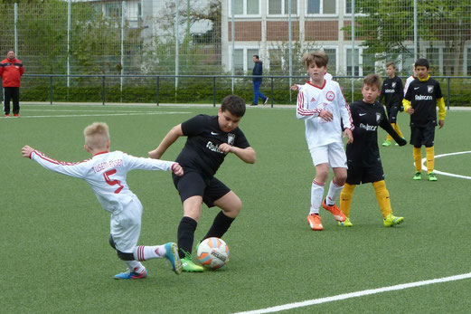 TuS E2-Jugend im Heimspiel gegen die E2 des TuSEM. - Fotos: mal.