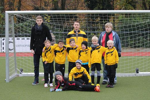 F2 am Fibelweg, v.l.n.r. Arda, Melih, Bennet, Jan Niklas, Nico, Tim, davor Colin und Torwart Leo. - (Foto: a.k.)