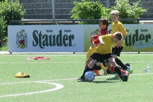 Enges Spiel: TuS E1-Jugend gegen die E2 des TuSEM an der Pelmanstraße. - (Foto: s.v.g.).