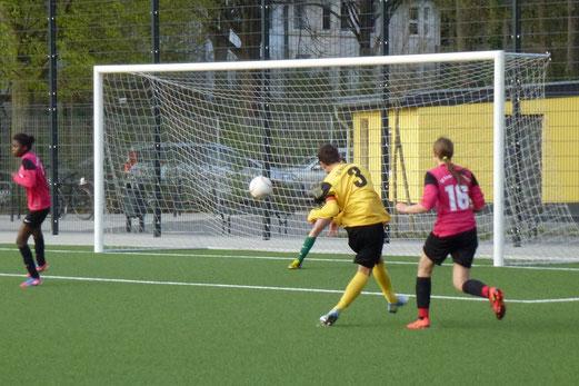 Till Gruhs erzielt das zwischenzeitliche 7:0 für die C-Jugend gegen die MU14 der SG Schönebeck (Foto: mal).