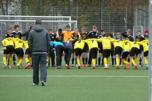 TuS D1-Jugend nach Spielschluss des Kreispokal-Halbfinals gegen DJK Adler Union Frintrop. - Foto: mal.