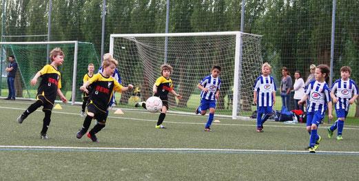 TuS F2-Jugend im Spiel gegen SG Kupferdreh-Byfang. - Fotos: mage.