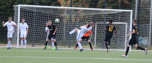 TuS A-Jugend im Spiel gegen SV Burgaltendorf. - Fotos: abo.