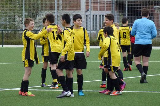 Abpfiff: Freude der D2-Jugend nach ihrem 4:1 Heimsieg gegen Adler Frintrop 2. - (Foto: mal).