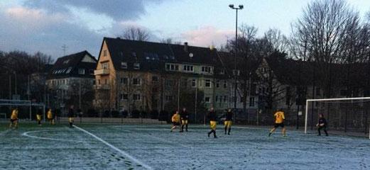 Alte Herren 2 am späten Samstagnachmittag gegen die AH-Spielgem. Spfr.07 / Rüttenscheider SC. - Foto: jdum.