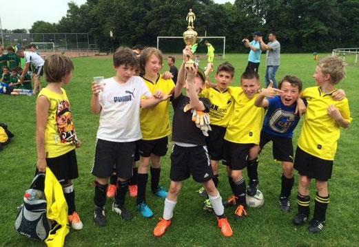TuS E1-Jugend, noch als E3, Anfang Juni 2014 - Zweiter beim Pfingstturnier des VfL Rheinhausen. - (Foto: p.d.).
