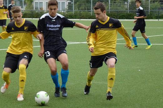 """Pelmanstraße am Dienstagabend: """"Neue"""" B1-Jugend im Testspiel gegen den ASV Lank. - (Foto: mal)."""