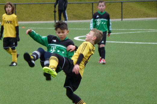 Spannendes Spiel: TuS F1-Jugend gegen die F1 des Vogelheimer SV. - (Foto: mal).