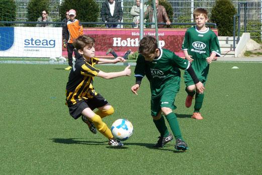TuS E1-Jugend im Spiel gegen Adler Union Frintrop E2. - Foto: mal.