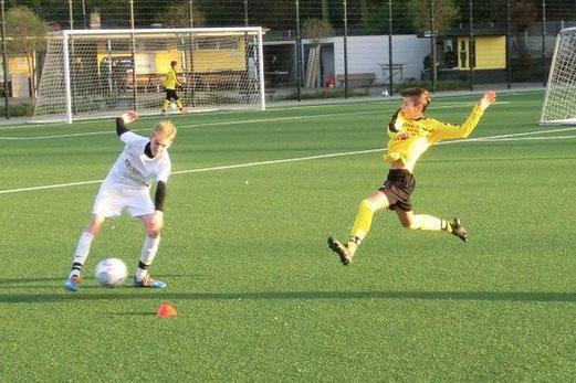 TuS D1-Jugend im Heimspiel gegen die D1 der SG Schönebeck. - Fotos: s.v.g.