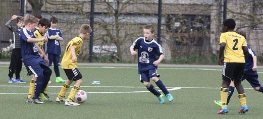 TuS E2-Jugend im Spiel gegen die E2 des VfB Frohnhausen. - Fotos: pad (1-4), mal (5).