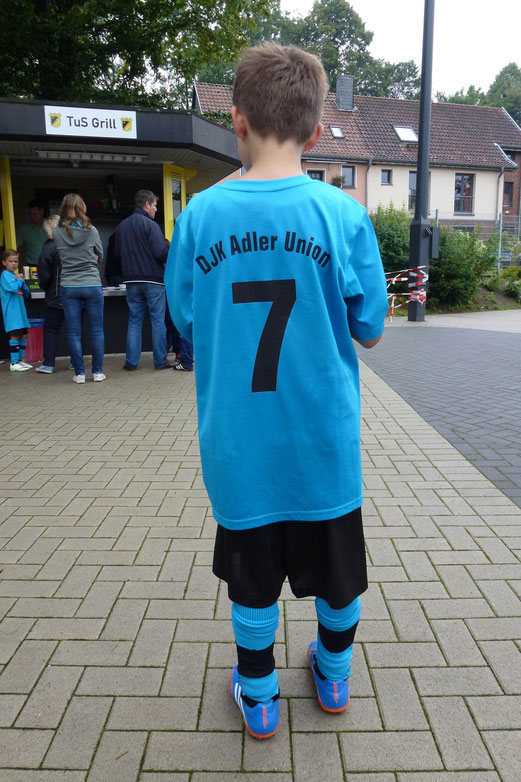 Neuer Vereinsname, neue Trikots: F1-Jugend von DJK Adler Union Frintrop. - (Foto: mal).