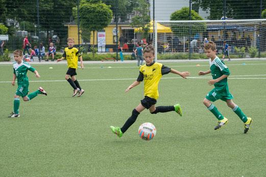 TuS E2-Jugend im Spiel gegen VfL Rheinhausen E2 (0:1). - Fotos: r.f. (ob.), mal (unt.).