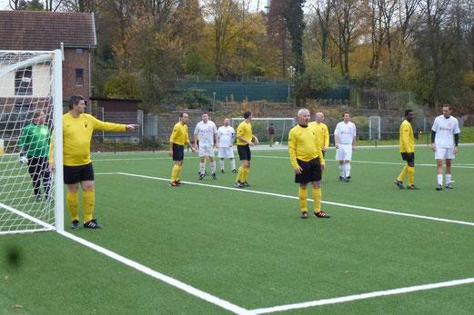 Ecke für die Gäste: TuS Alte Herren 1 im Spiel gegen den TuSEM (Foto: mal).